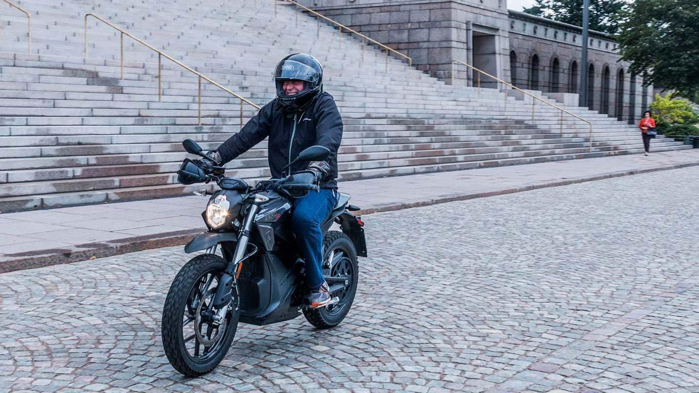 Eduskunnan mp-kerho tutustui sähkömoottoripyöräilyyn – ekologinen ja ruuhkia pienentävä vaihtoehto?